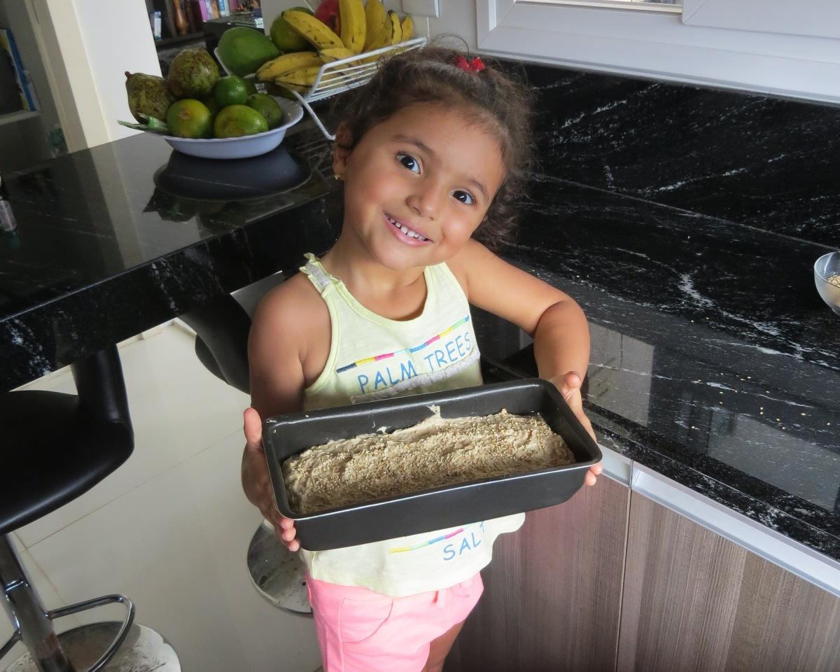 Tem criança na cozinha fazendo pão de banana